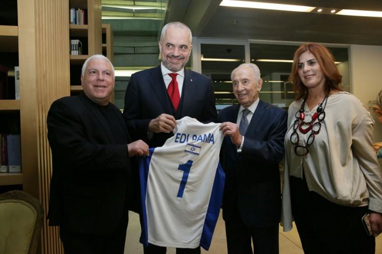 """פרס וגרשון העניקו את גופיית הנבחרת לרוה""""מ אלבניה"""
