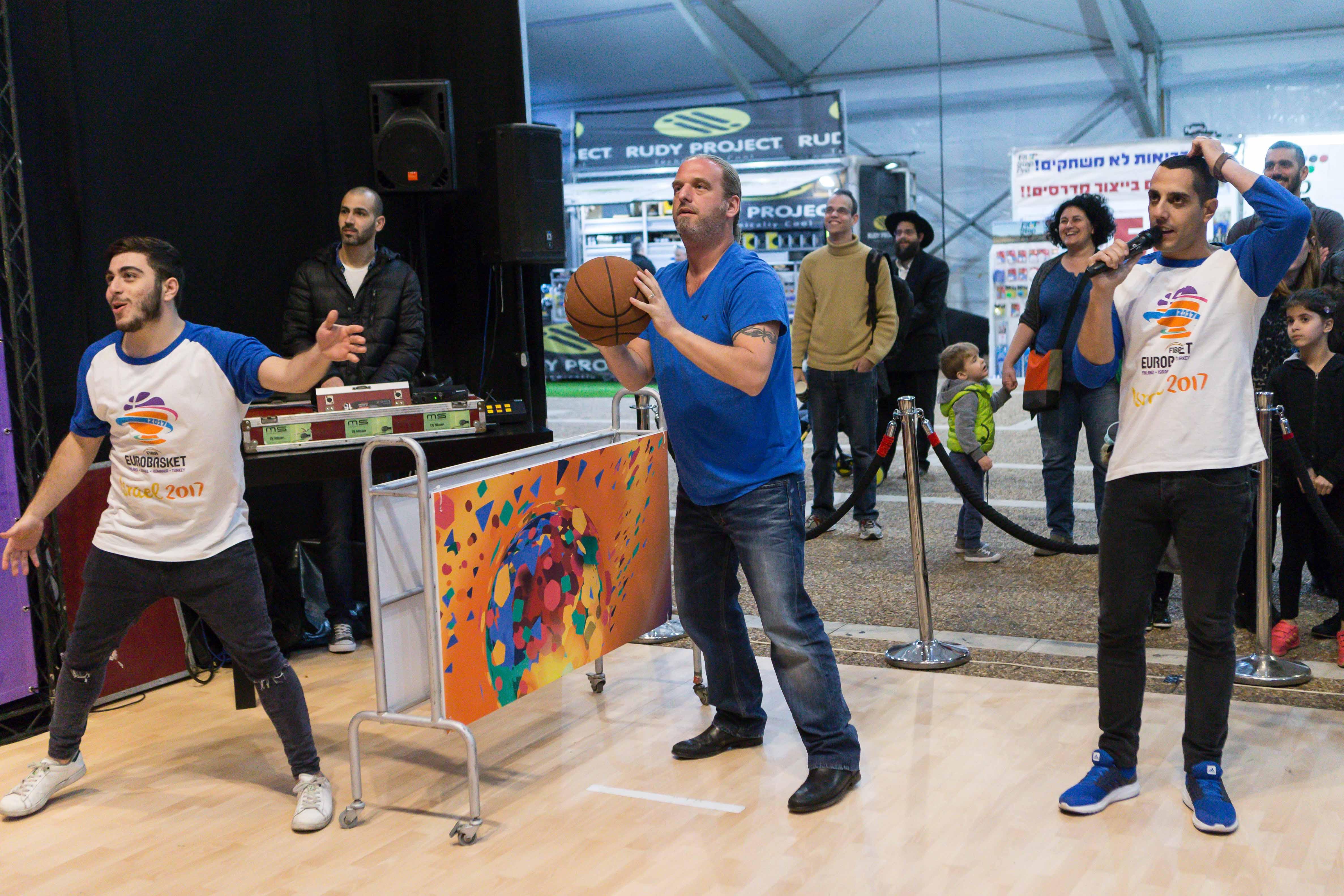 חגיגת כדורסל וכרטיסים ליורובאסקט במתחם שהוקם בככר רבין