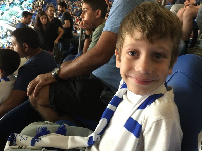 טומי טרייטל בן ה-6 היה אורח איגוד הכדורסל במשחקי היורובאסקט