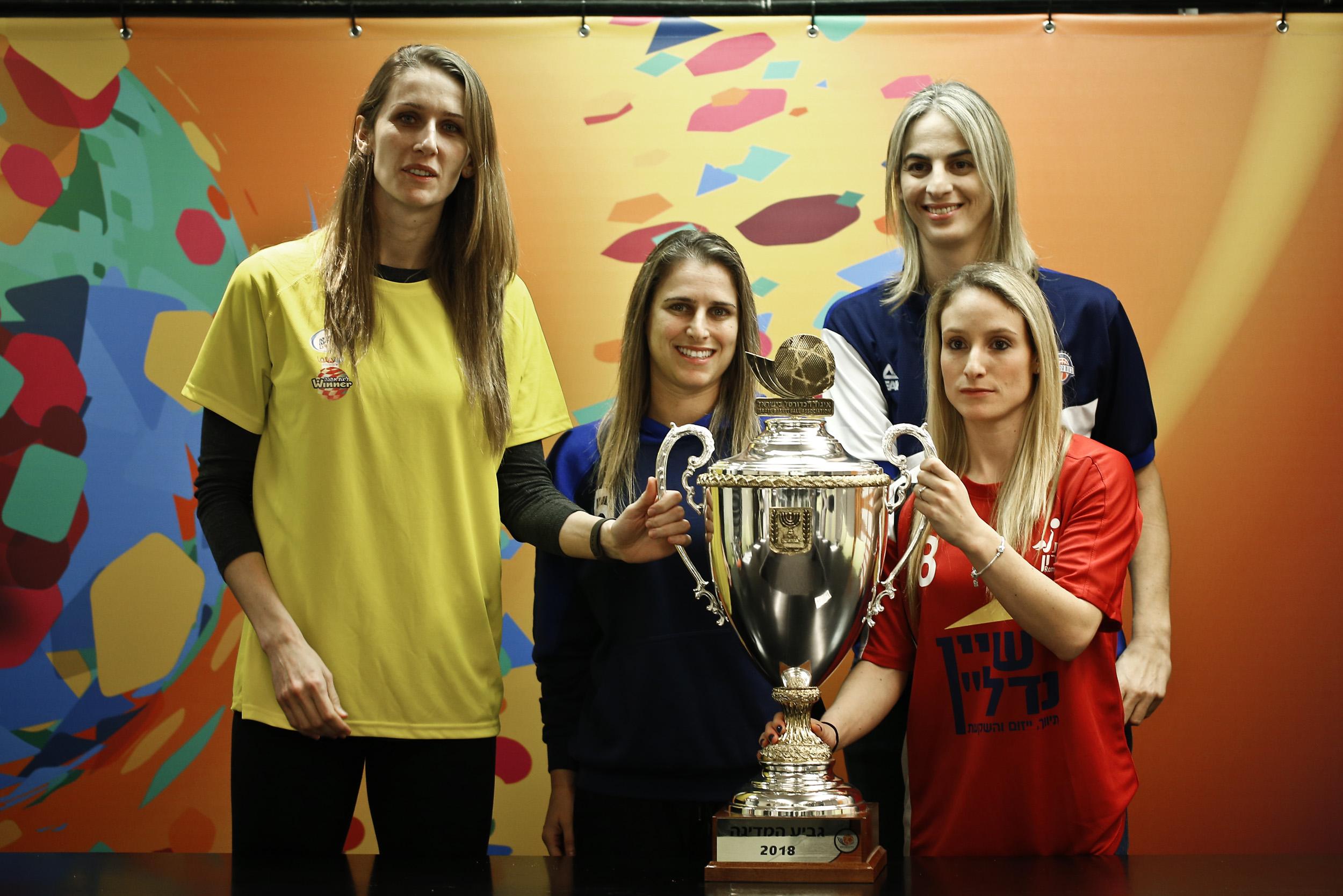 בשני משחקי חצי גמר גביע המדינה ווינר לנשים בבית מכבי
