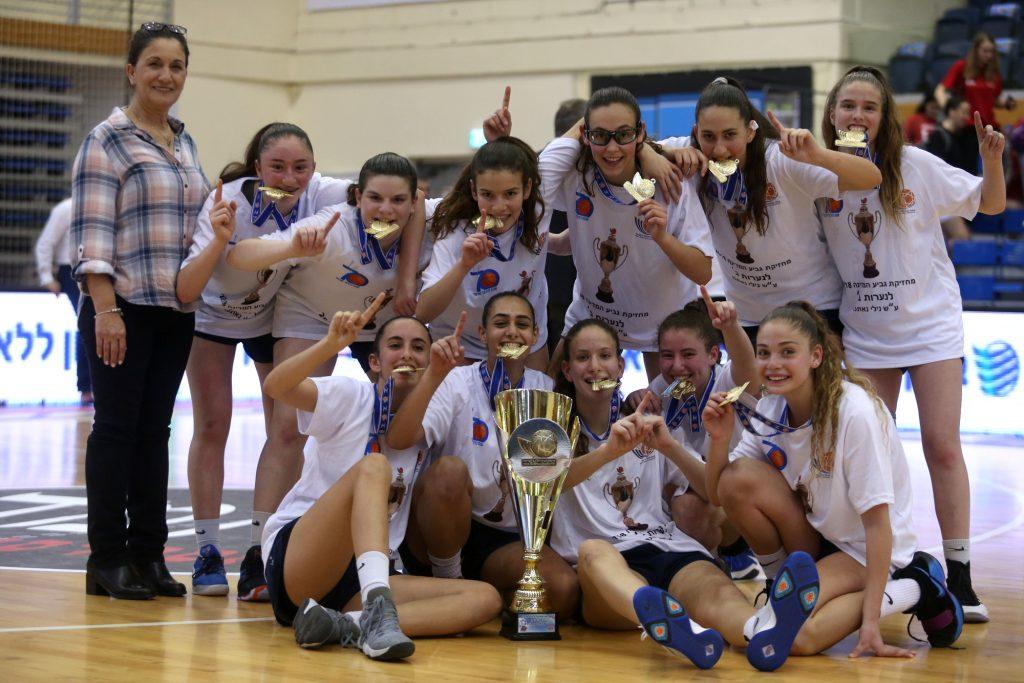 """מכבי רעננה היא מחזיקת גביע המדינה לנערות ב'; גברה על מכבי ראשל""""צ 50-76"""