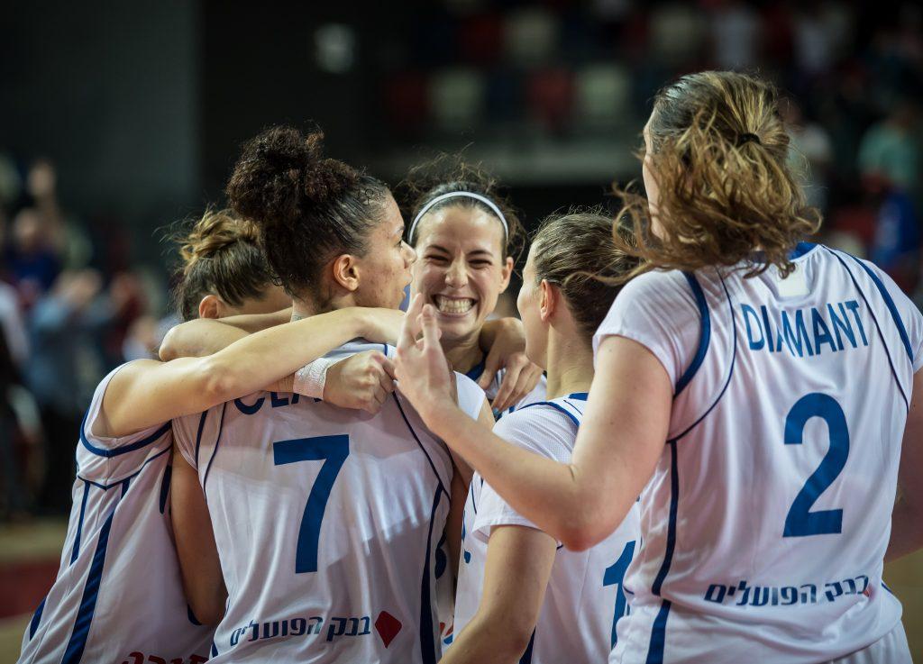 שי דורון ושלוש בוגרות נבחרת הנערות בסגל נבחרת הנשים של ישראל