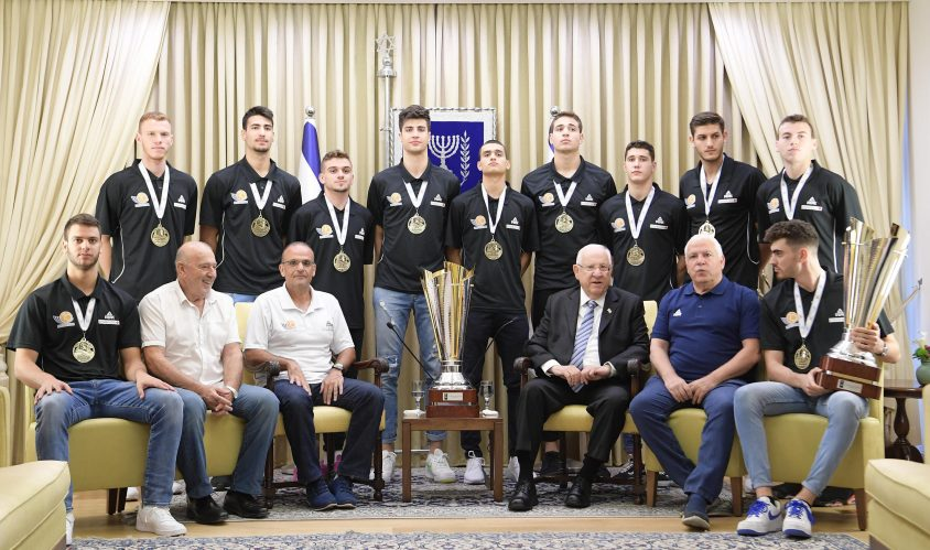 נבחרת העתודה התארחה בבית הנשיא לאחר הזכייה השנייה ברציפות באליפות אירופה